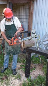 Den først grove tilskæring foregår udendørs med motorsav.