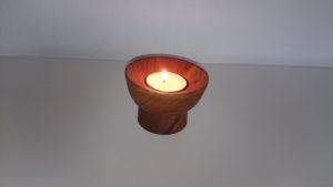 Lav lysestage af eg. Kan bruges som fyrfadsstage og til almindeligt stearinlys.